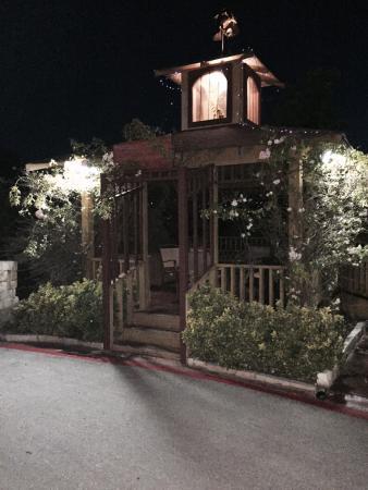 BEST WESTERN PLUS Blanco Luxury Inn & Suites : Garden seating at night