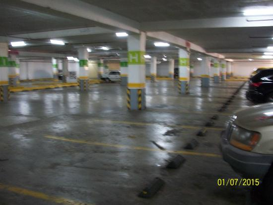 mall paseo central, chitte: Nearly empty parking garage at 4PM. Lower level closed