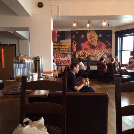 Hostelpoint-Brighton: Towards food benches