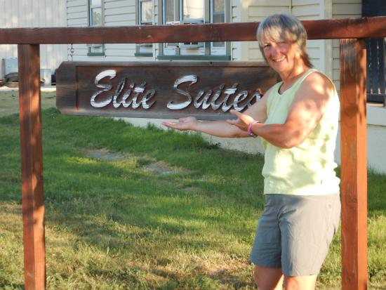 The Elite Suites: the front yard!  do NOT miss the sign
