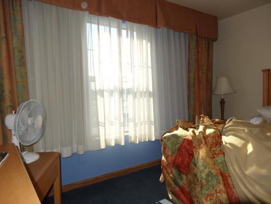 Days Inn & Suites Grand Rapids/Grandville: Fan on with window open