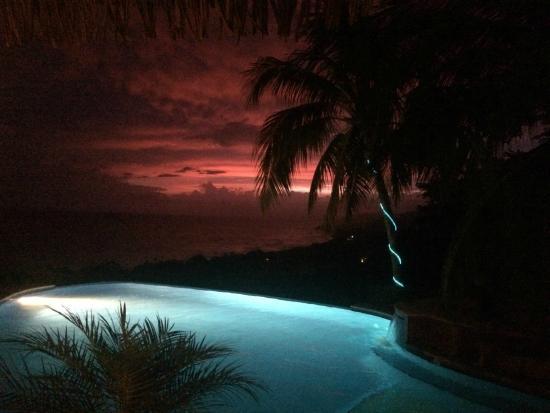 Hotel Vista de Olas : Night view from the pool