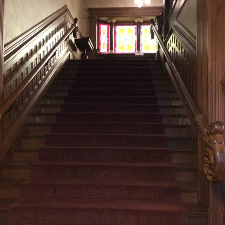 Howard Steamboat Museum & Mansion: Gorgeous staircase from main hall