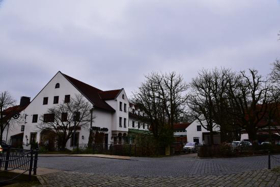 Hotel-Gasthof zur Mühle: Два домика отеля, посреди них речка