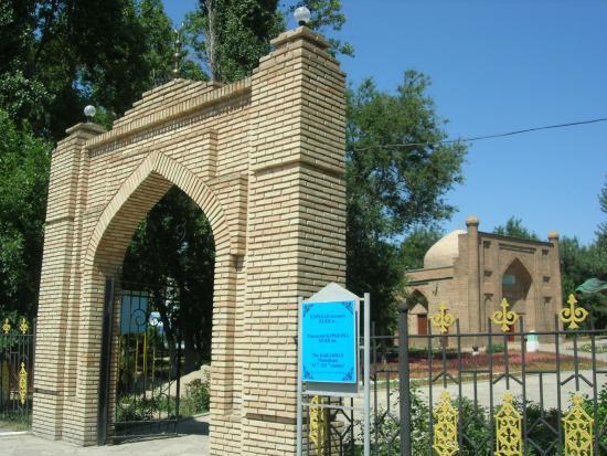 Karahan Mausoleum: Вход на территорию мавзолея Карахана