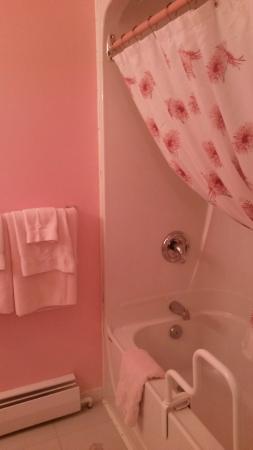 Ocean Acre Inn: queen bedroom has an ensuite bathroom