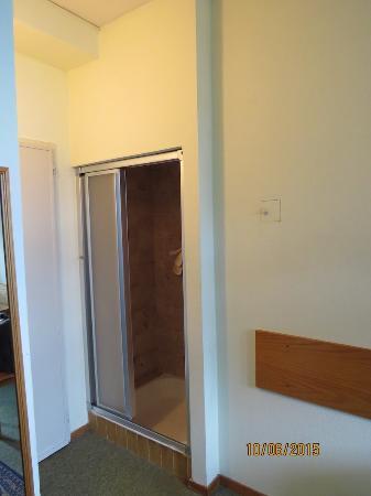 La ducha es un peque o armario con la mampara rota for Armario ducha
