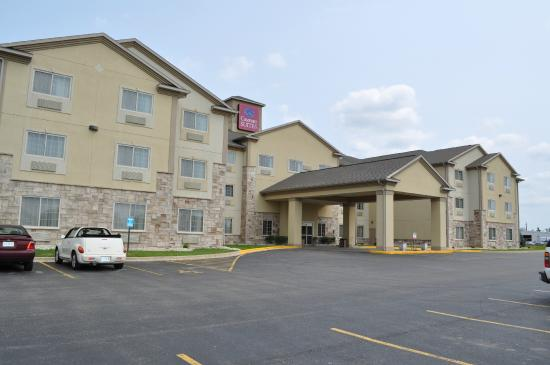 Comfort Suites Delavan: Pic from the parking lot