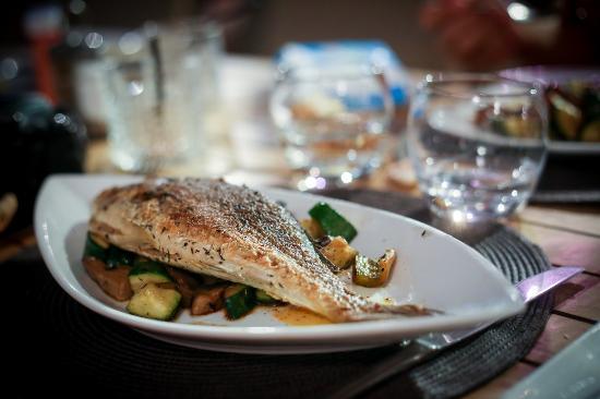 Dorade la plancha picture of le poisson rouge for Poisson a la plancha