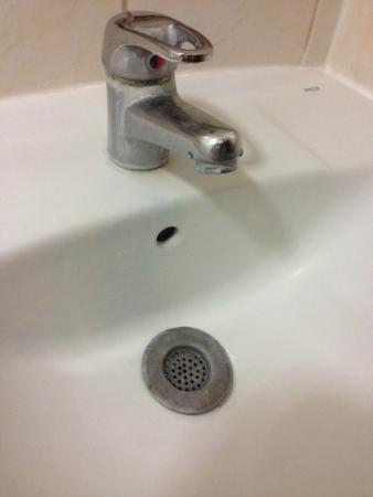 Arena Hotel : limescale on tap and unclean basin