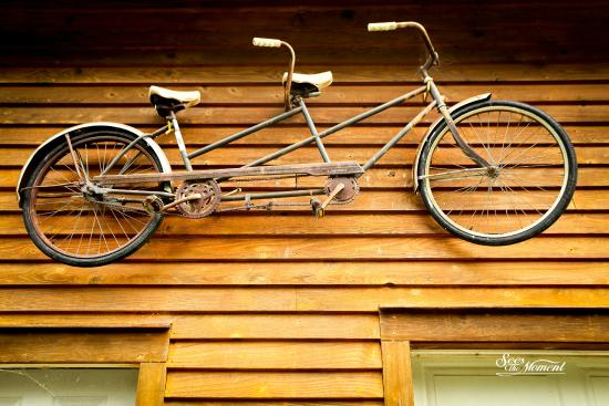 Katy Trail Bed & Bikefest B&B: Decorations above the garage.