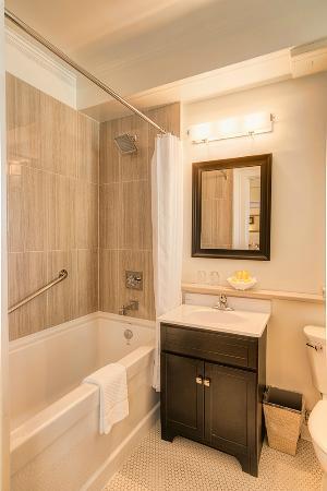 Union Club British Columbia : Bathroom