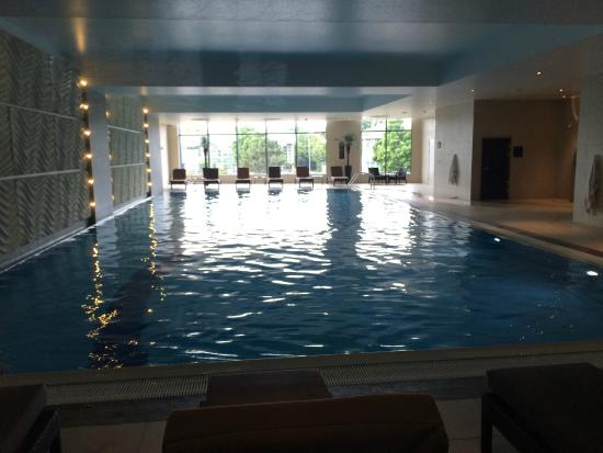 Indoor swimming pool picture of holiday inn reading m4 jct 10 winnersh tripadvisor for Holiday inn with swimming pool