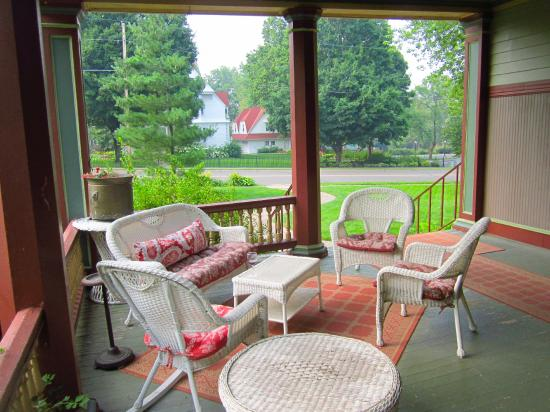 Ann Bean Mansion B&B: Great sitting area in front where you can have wine, snacks, whatever