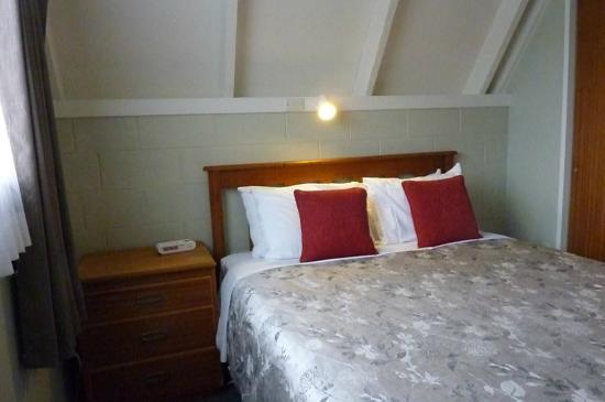 أروتاون فايكنج لودج: downstairs bedroom