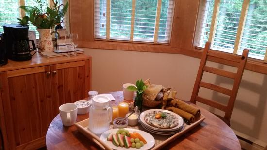 Harvey House B&B: Breakfast in our turret dining area