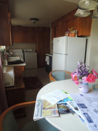 Acorn Motor Inn: Kitchen area of suite