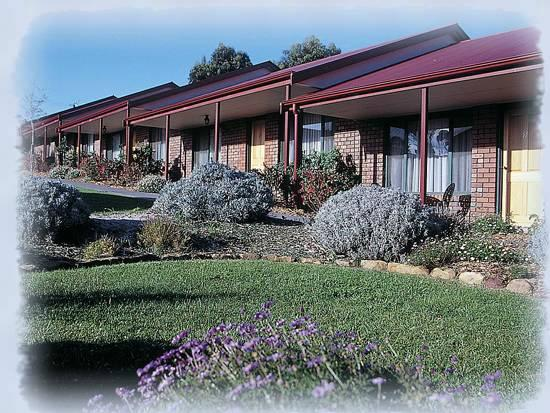 Kangaroo Island Acacia Apartments: Acacia Apartments - Well maintained gardens