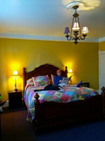 The Continental Inn: The king size bed