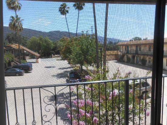 Casa Ojai Inn: view. excuse the screen