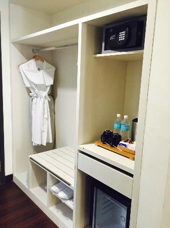 Village Hotel Bugis By Far East Hospitality: Open Closet