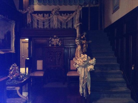 House of Broel's Victorian Mansion and Doll House Museum: The stairs at the back of the entrance hallway.