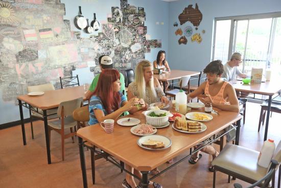 Coffs Harbour YHA: Communal dining area
