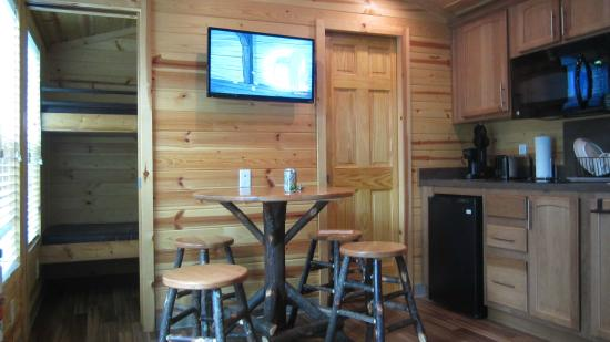 Jellystone Park at Dogwood Valley : cabin 703 dining area
