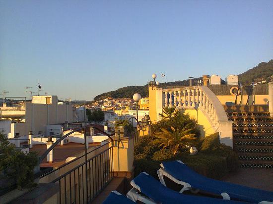 Costa Brava Hotel: Крыша отеля: бассейн, зона с шезлонгами