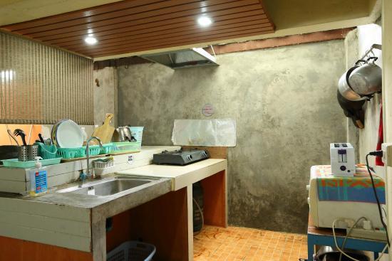 R.C.N. Court & Inn: huge share kitchen with full kitchen wares