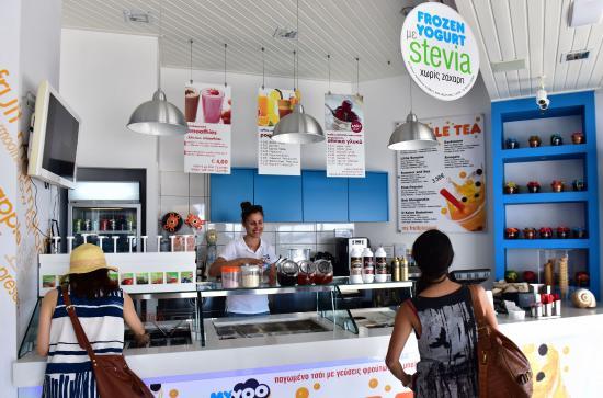 Myyoo Frozen Yogurt Shop: Counter for choosing toppings