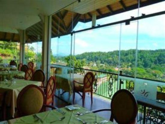 Serene Grand Hotel: restaurant