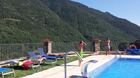 Hotel Villa de Torla: Piscina y vistas a montaña