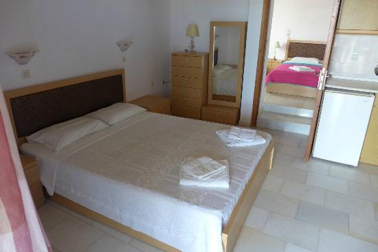 Dimitris Rooms : Doppelbett im Wohnzimmer/Küche des Apartments