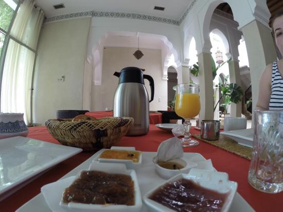 Riad Shama: Very nice hotel friendly staff completely different world since you cross hotel main entrance :)