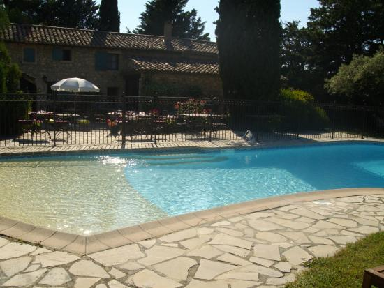 Mas de La Bonoty: la piscine sécurisée avec des transats à disposition pour la clientèle