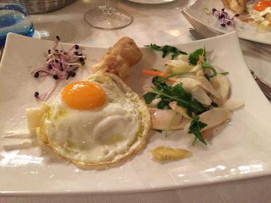 Al Vecchio convento: Piccola tartare di Chianina, insalata d'asparagi e uovo di quaglia in tegame