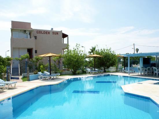 Golden Sun Apartments : Χώρος πισίνας/παραλίας
