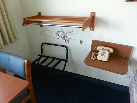 Budget Inn Yakima: corner luggage racks