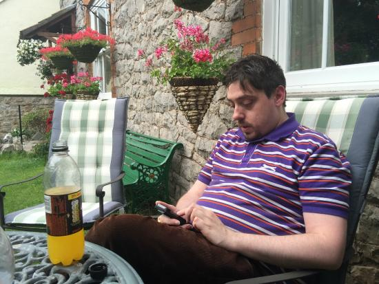 Chedwell Cottage: Relaxing in the garden