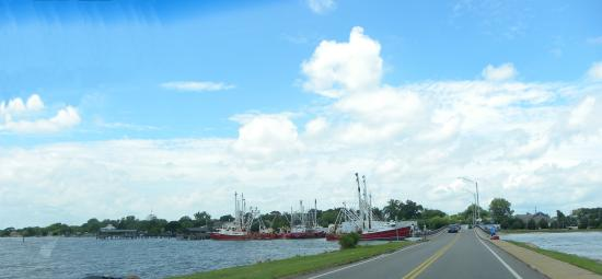 Days Inn Newport News/Oyster Point at City Center : Crossing the causeway to Fort Monroe