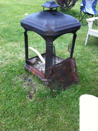Avonlea Cottages: broken rusty firepit