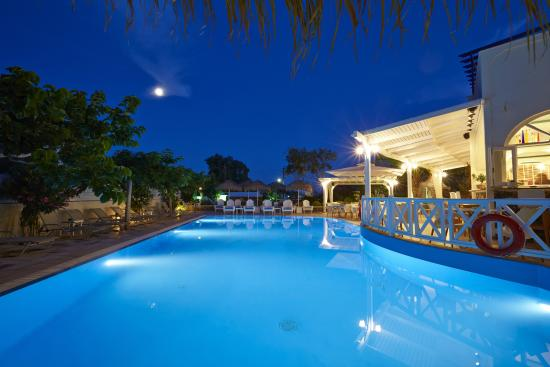 Hermes Hotel: Pool by night