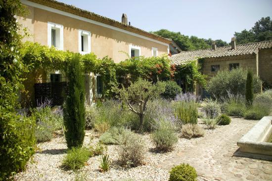 Le Mas des Oules: The central courtyard garden