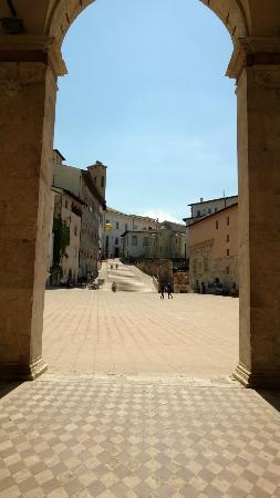 Spoleto, Italie : La piazza uscendo dal duomo