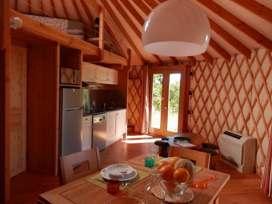 Piscine chauff e picture of les hauts d 39 albas albas for Cuisine yourte