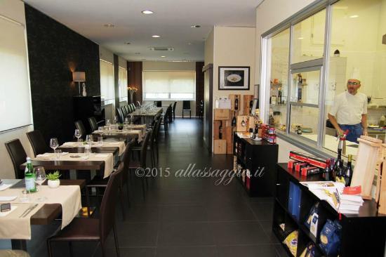 Dettaglio Sala con cucina a vista - Picture of Ristorante Pensando a ...
