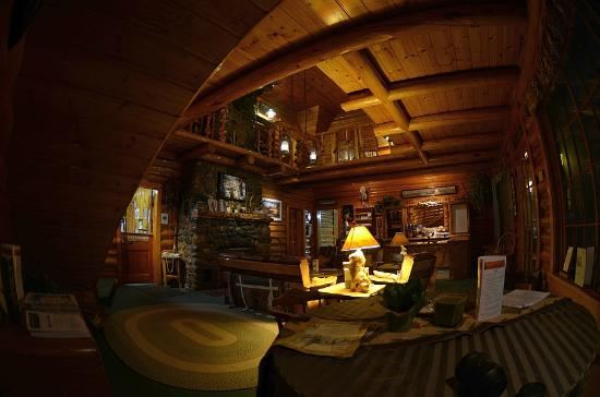 Twin Pines Lodge And Cabins: The great room from under the stairs