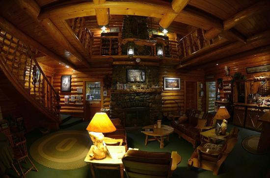 Twin Pines Lodge And Cabins: The great room from the front entrance
