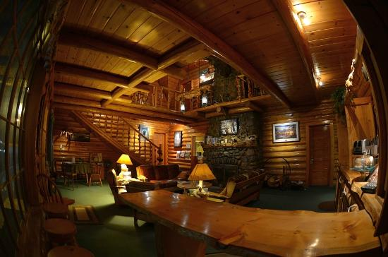 Twin Pines Lodge And Cabins: The great room at the lodge with breakfast bar in lower right